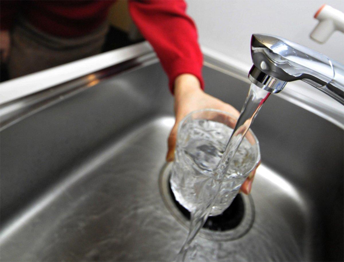 Agua embotellada o agua del grifo: verdades y mentiras que no te contaron