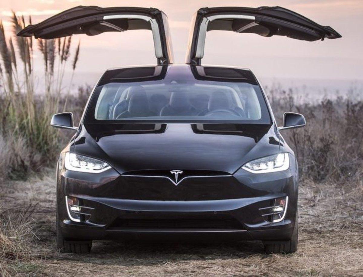 Mercedes se ha metido en un lío al desguazar un Tesla Model X