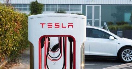 El error de Tesla que ha provocado que cualquier coche pudiese cargar en sus estaciones