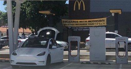 Carga tu Tesla en un Supercharger y, esperando, tómate, una hamburguesa
