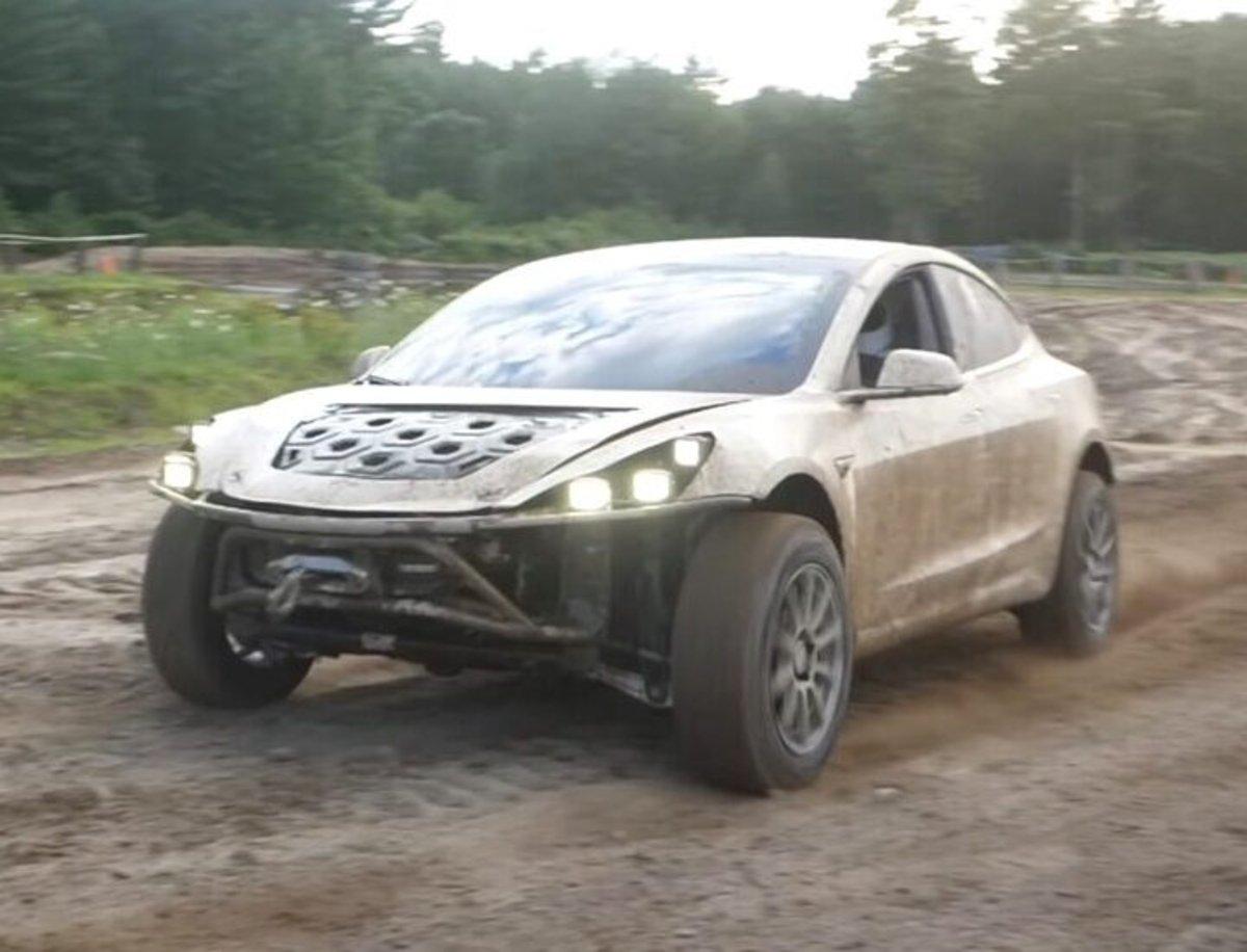Un Tesla Model 3 ha sido modificado para ser un referente en conducción todoterreno